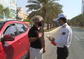 اهدای گل به رانندگان قانونمند در کیش